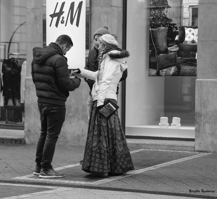 Street Photo - Seductive with a book.
